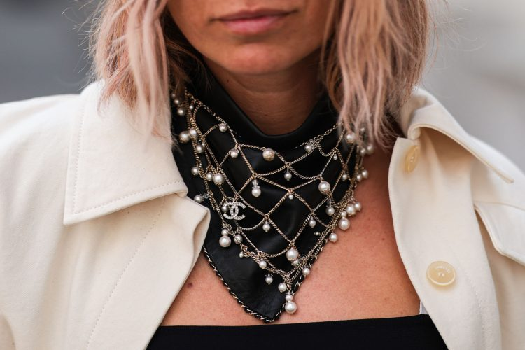 Trend of Wearing Statement Fashion Necklaces